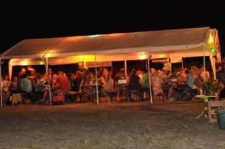 Abendstimmung im Zelt am Maislabyrinth Dalheim