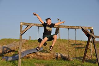Fröhlicher Junge auf Spielplatz am Maislabyrinth Dalheim